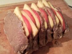Аппетитное мясо-гармошка с помидорами и твердым сыром