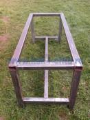 Очищенный от ржавчины металлический каркас для стола