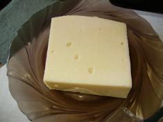 Затем берем сыр.