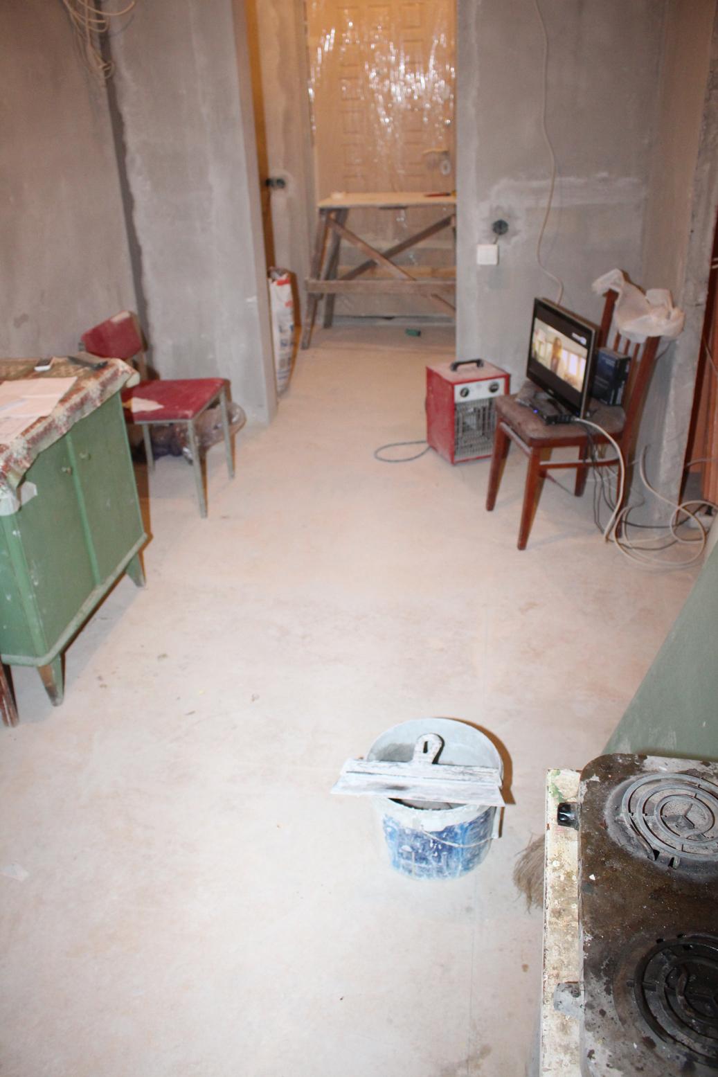 Налили пол в коридоре
