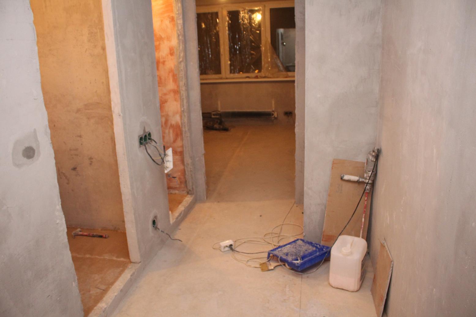 Наливной пол в маленьком коридоре: