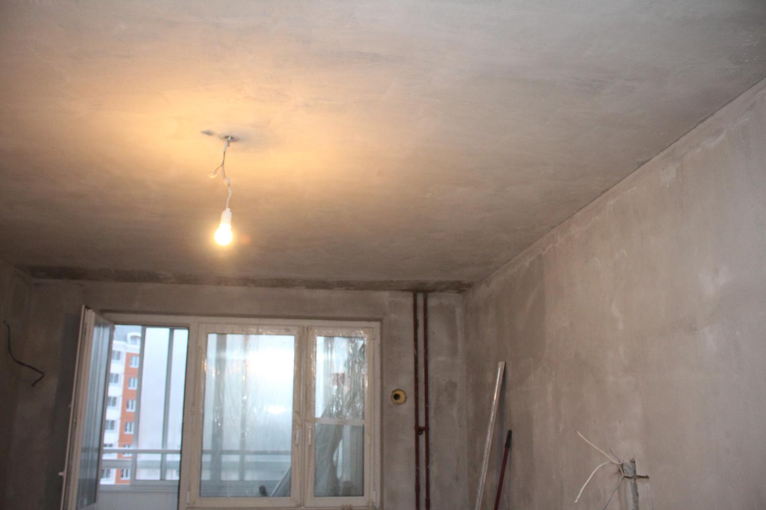 Потолок в большой комнате - спальне