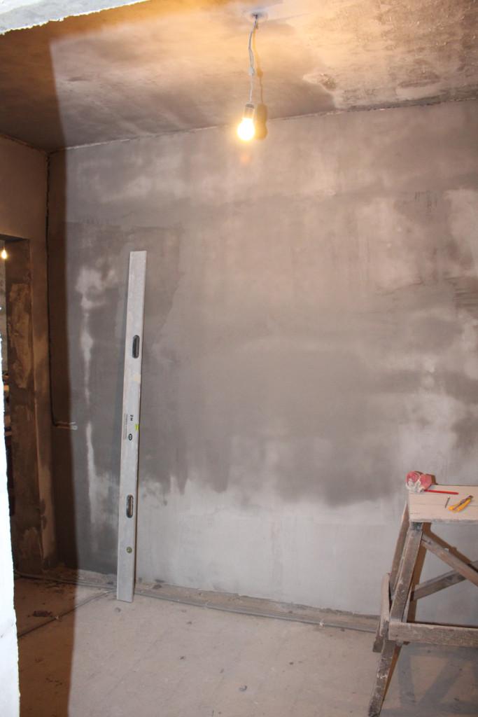 Заштукатурены стены в коридоре