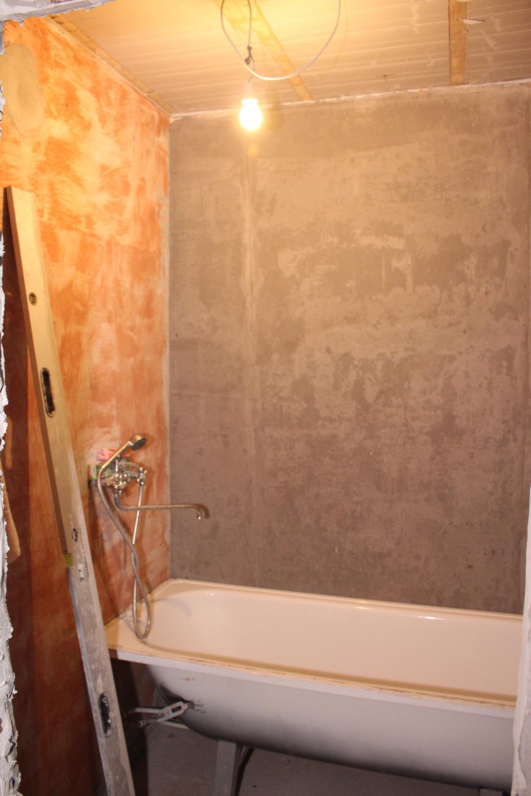 Отштукатурили стены в ванной под 90 градусов