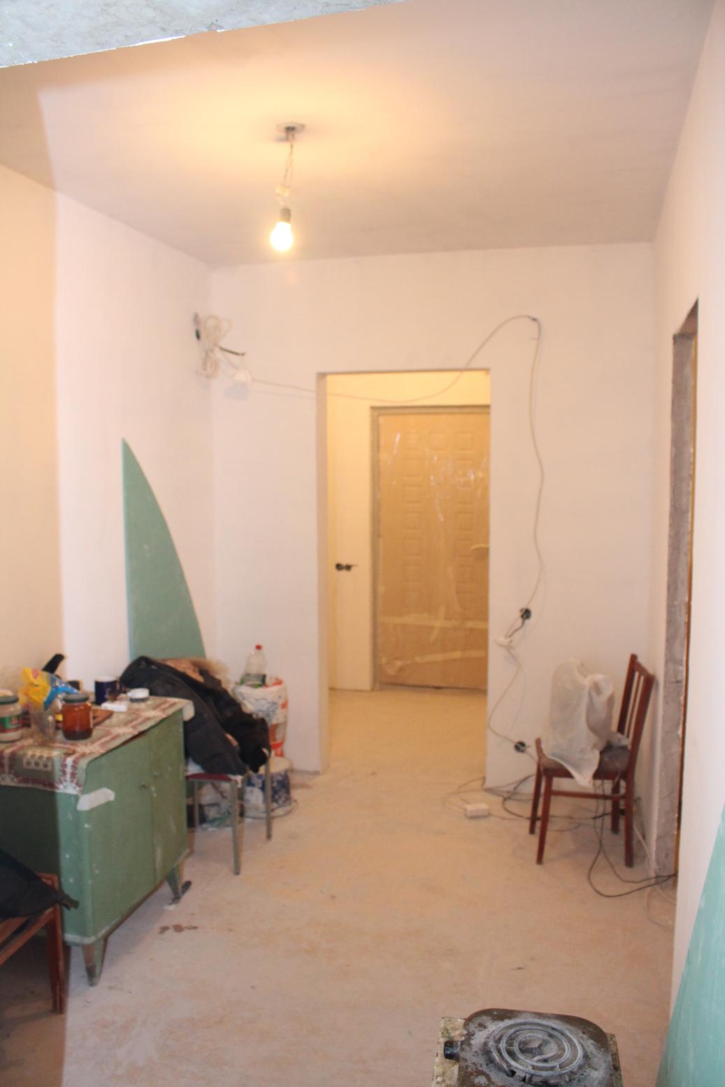 Стены и потолок в большом коридоре