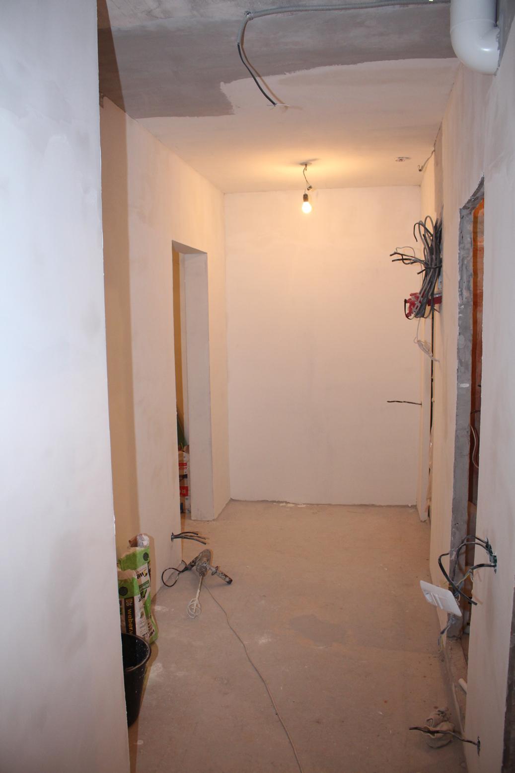 Стены и потолок в маленьком коридоре: