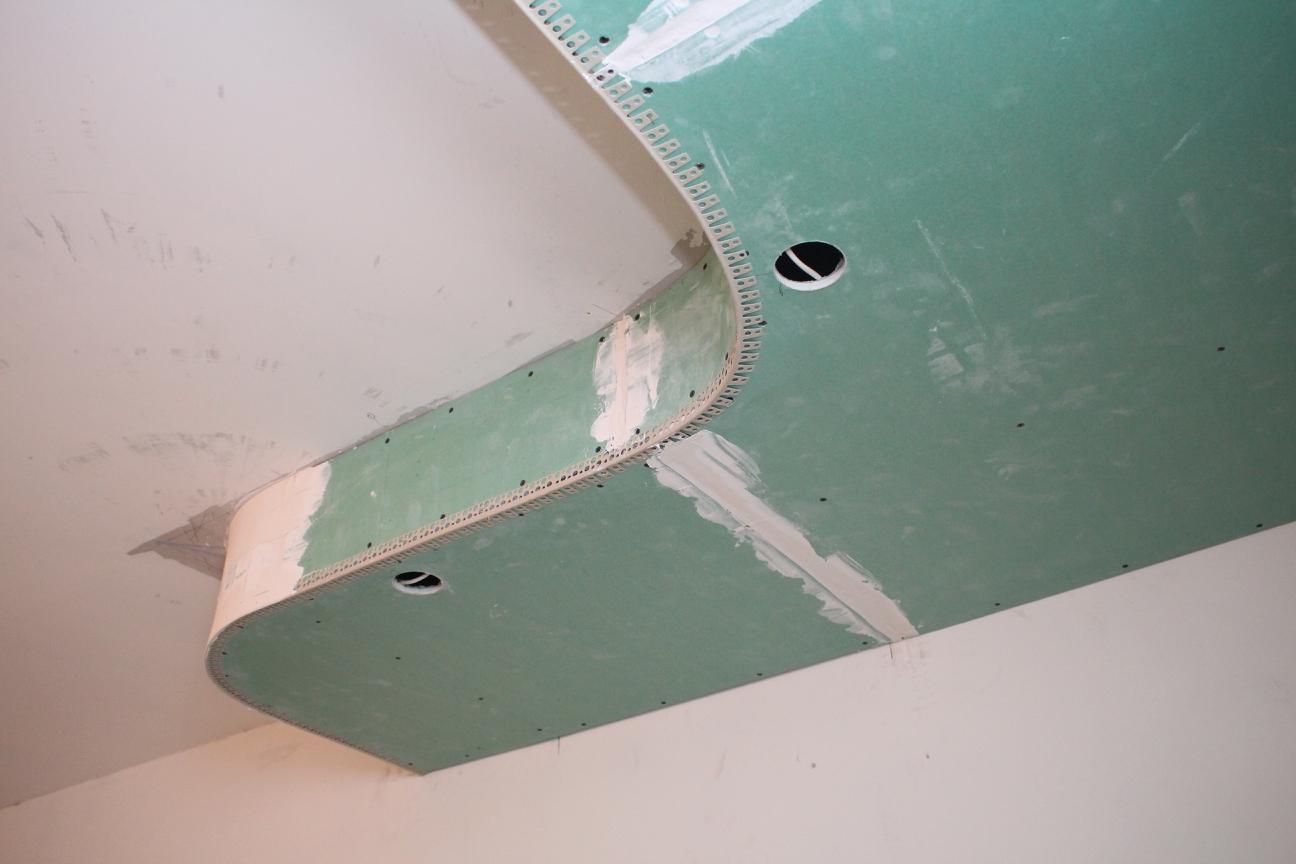 потолок на кухне по рабочей зоне со встраиваемыми светильниками