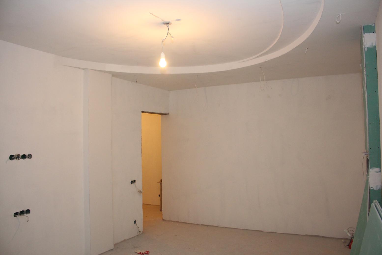 Фигурный потолок в спальне зашпаклеван