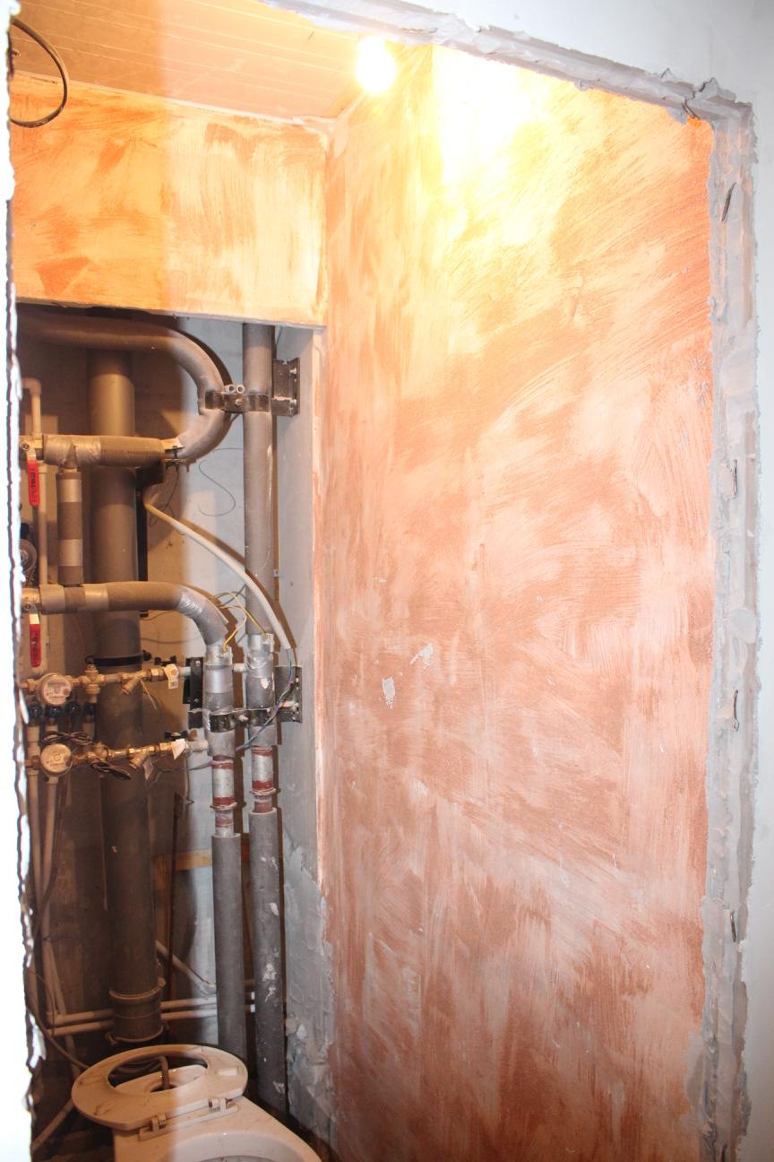Грунтованные стены в туалете