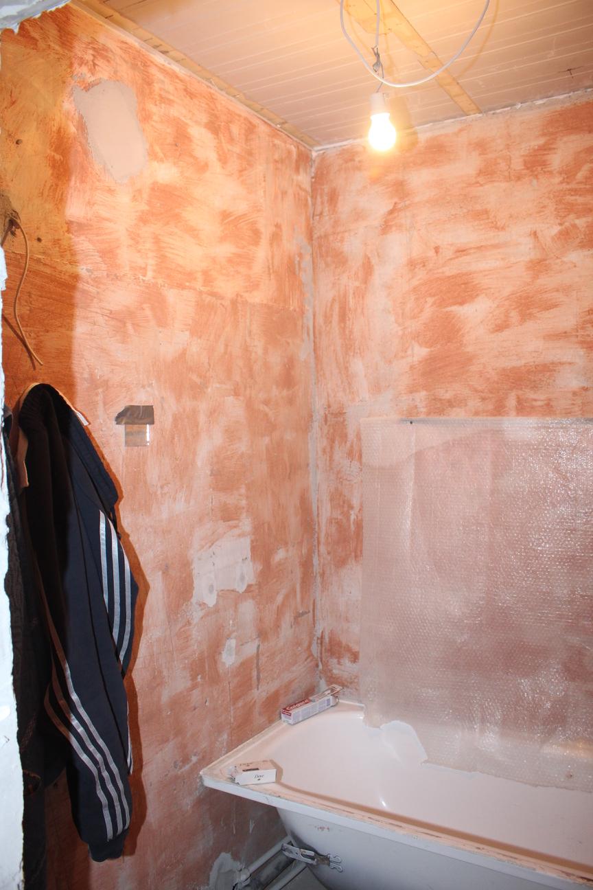 Грунтованные стены в ванной