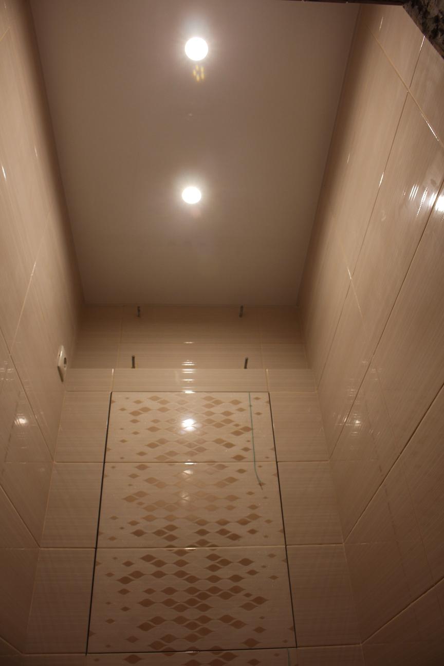 глянцевый натяжной потолок в туалете дома серии П-44Т