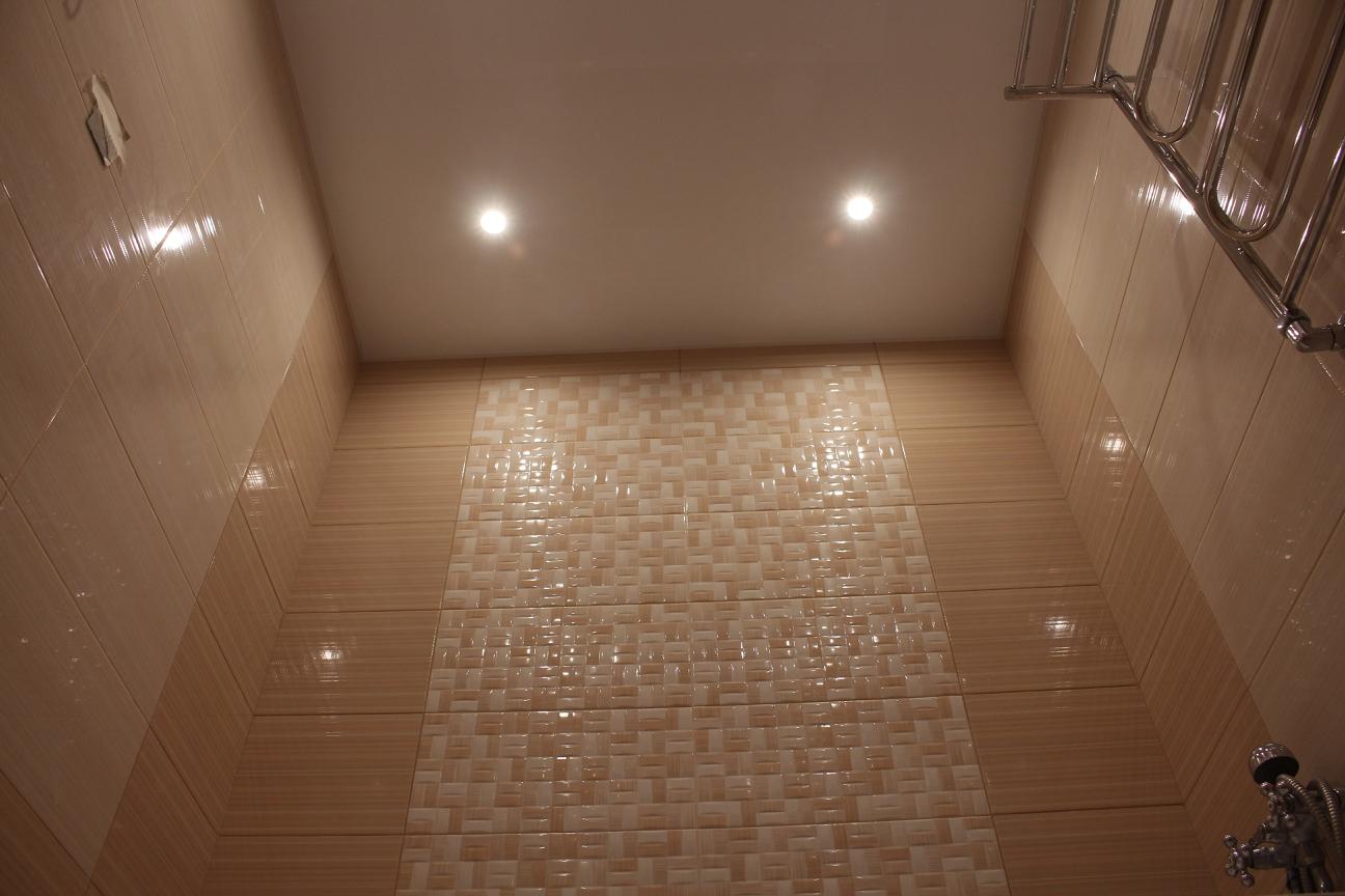 натяжной глянцевый потолок в ванной дома серии П-44Т