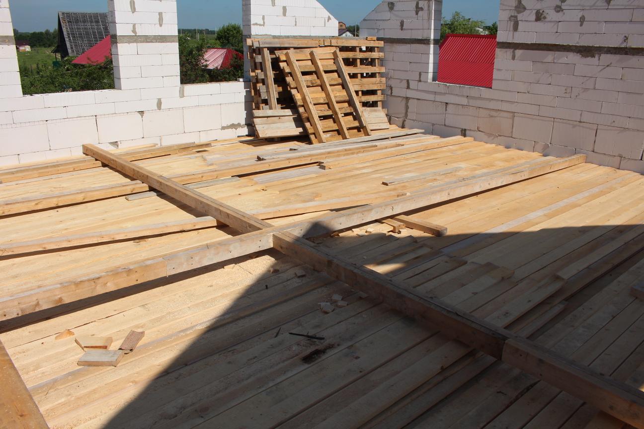 Направляющий вспомагательный крест стропильной системы многощипцовой крыши