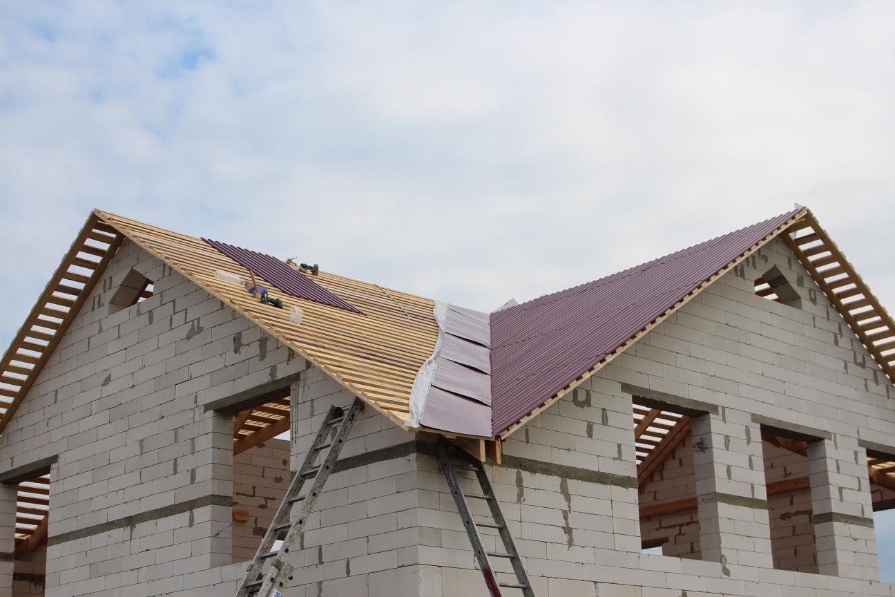 монтаж железа на многощипцовую крышу
