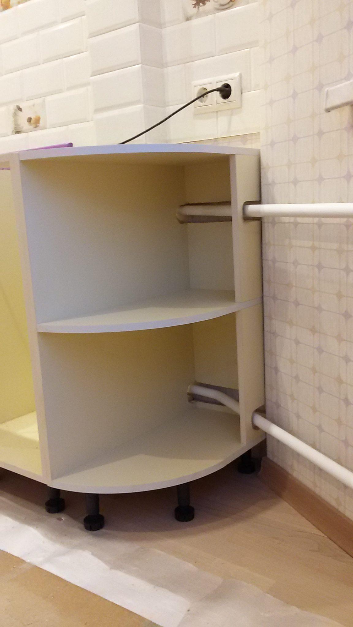 вырезы под трубы отопления в кухонной мебели кухня с эркером дом П-44Т