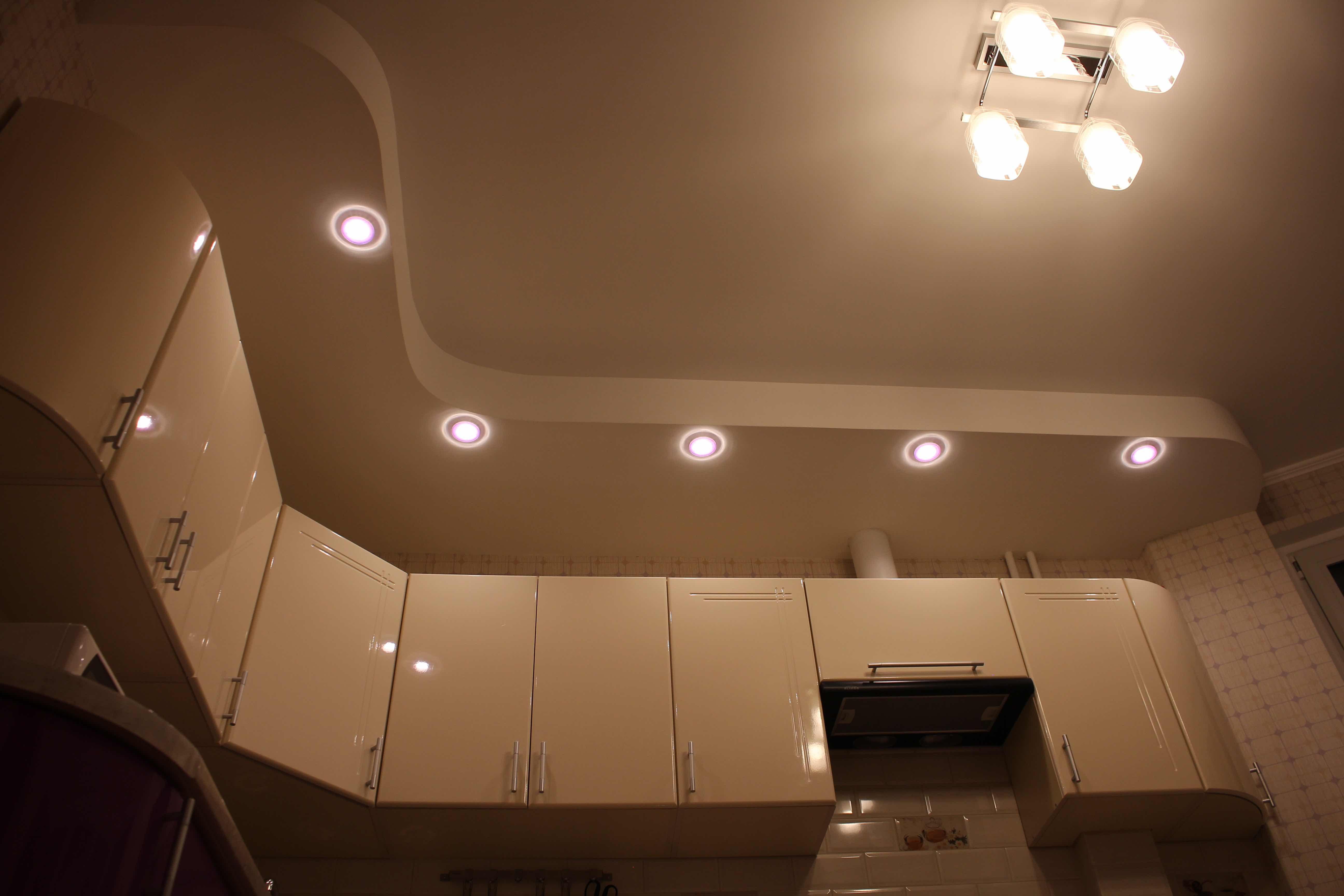 Обжитая кухня с мебелью в доме серии П-44Т (эркер)