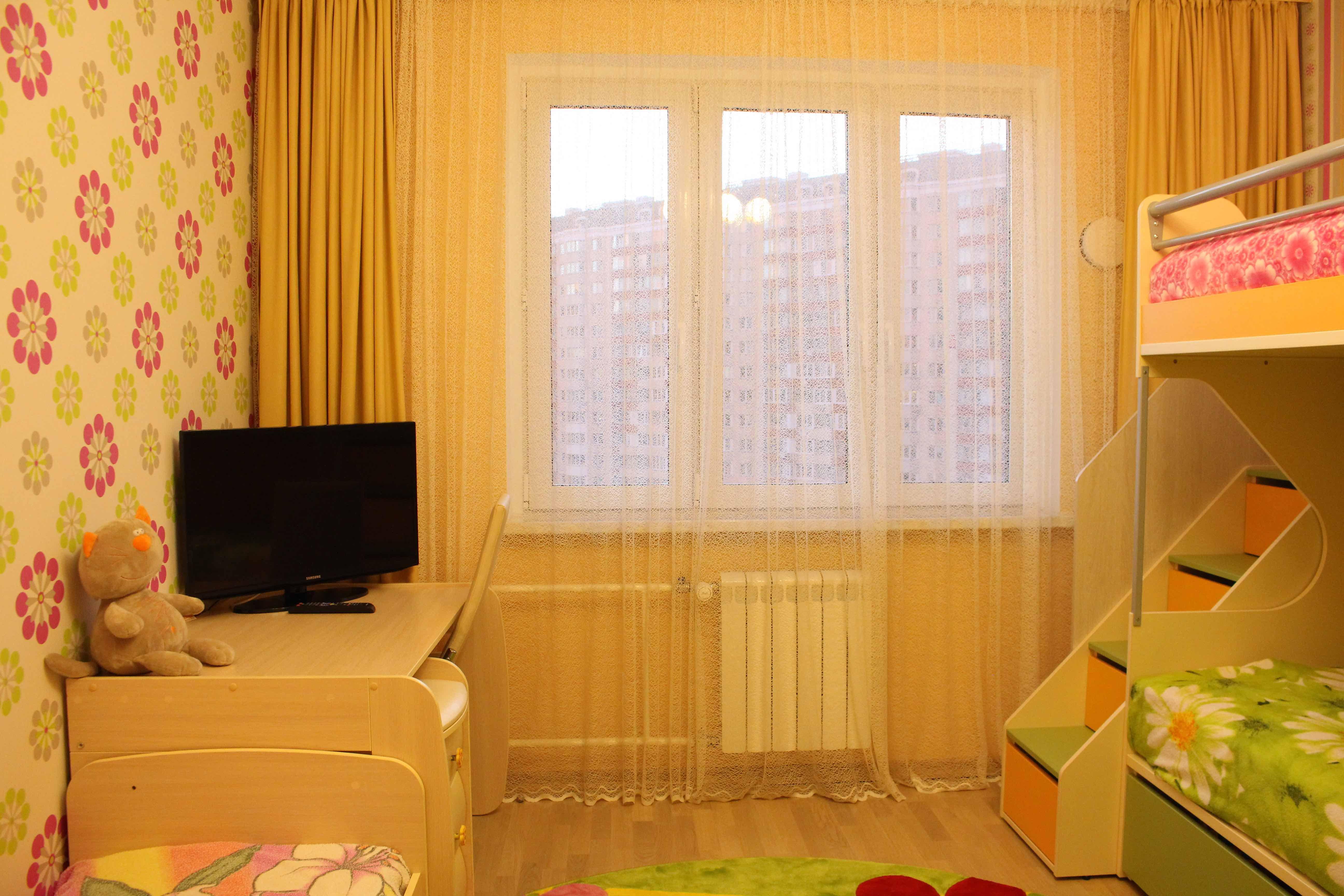 вид на окно в детской комнате