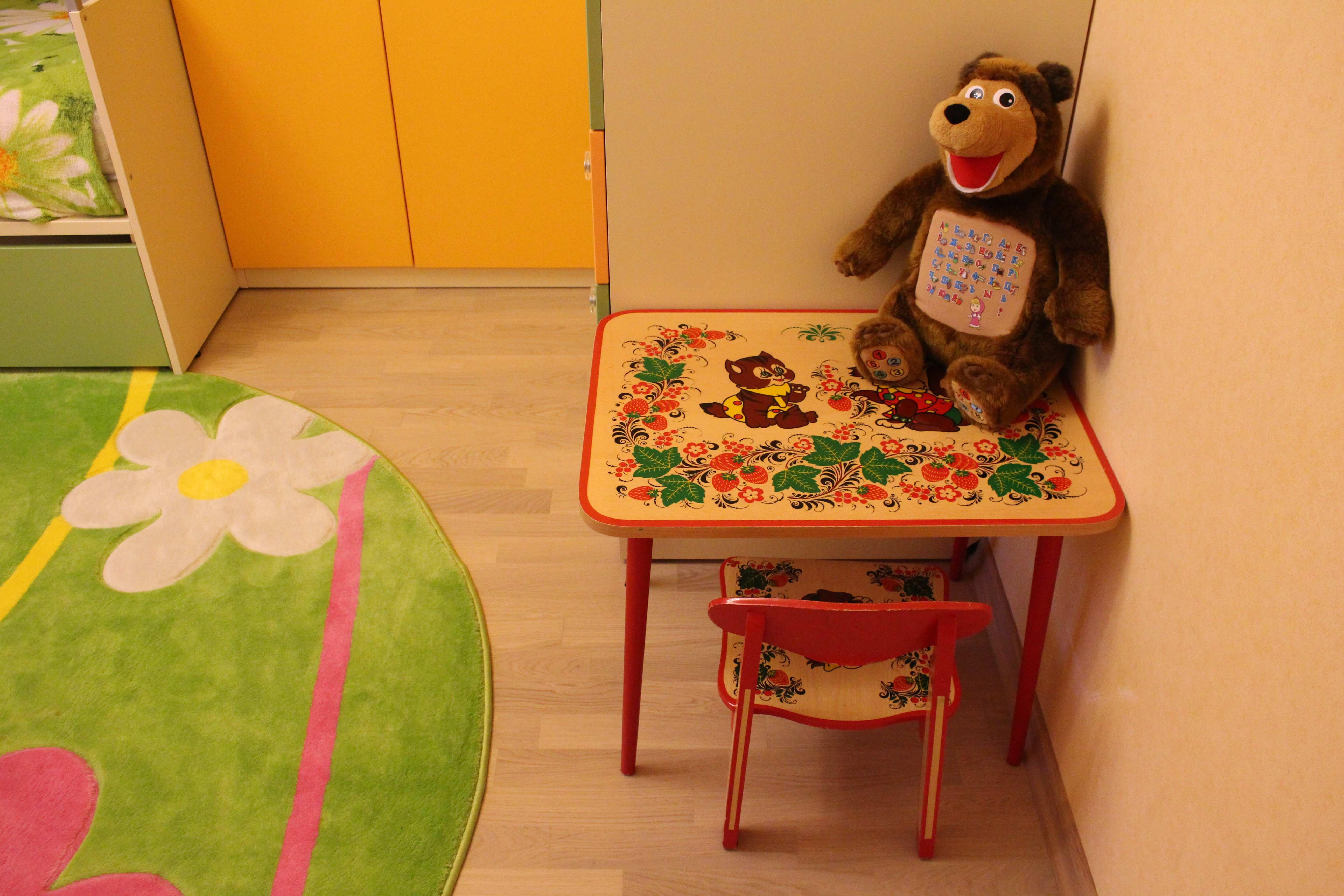 Маленький детский столик и стульчик